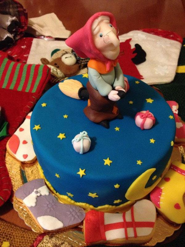 Foto della torta della Befana in pasta di zucchero n.19