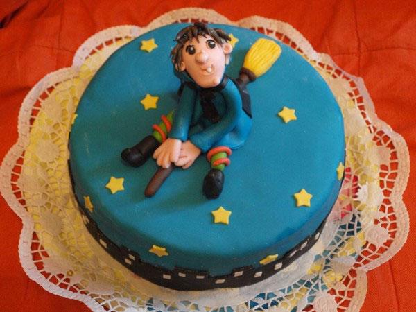 Foto della torta della Befana in pasta di zucchero n.20