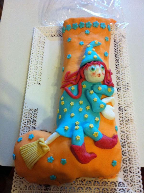 Foto della torta della Befana in pasta di zucchero n.23