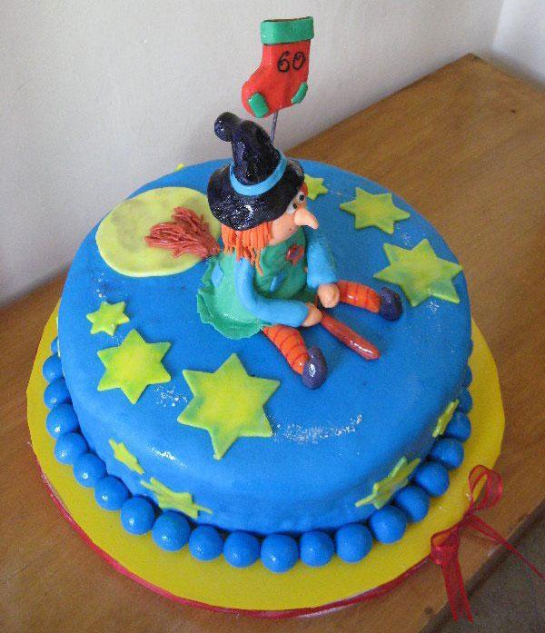 Foto della torta della Befana in pasta di zucchero n.30