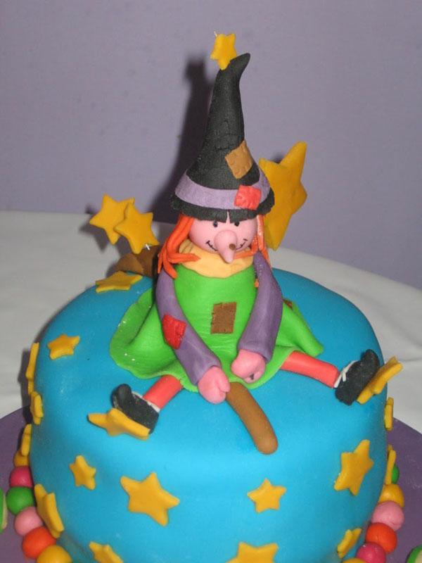 Foto della torta della Befana in pasta di zucchero n.32