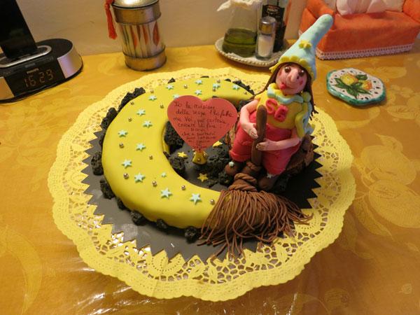 Foto della torta della Befana in pasta di zucchero n.37