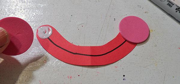 Come creare la bocca del pagliaccio con piatti di carta