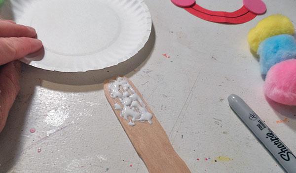 Come formare il supporto del pagliaccio con colla e bastoncino