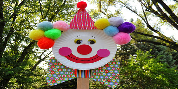 Pagliaccio con piatti di carta come lavoretto per Carnevale
