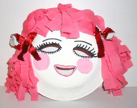Maschera da bambina fai da te con piatti di plastica