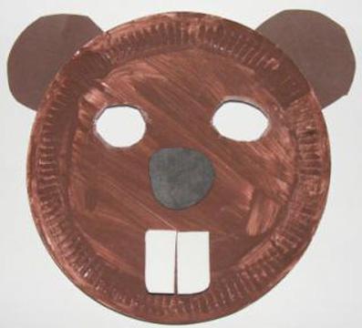 Maschera da castoro fai da te con piatti di plastica