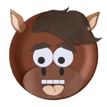 Maschera da cavallo fai da te con piatti di plastica