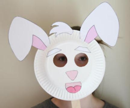 Maschera da coniglio fai da te con piatti di plastica