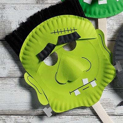 Maschera da Frankenstein fai da te con piatti di plastica
