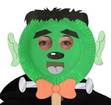 Maschera da Frankstein fai da te con piatti di plastica