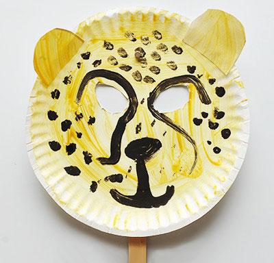 Maschera da ghepardo fai da te con piatti di plastica