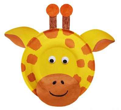 Maschera da giraffa fai da te con piatti di plastica