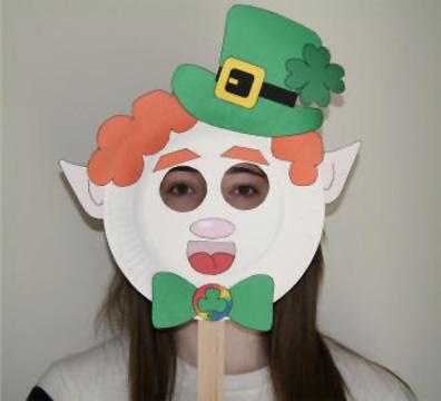 Maschera da gnomo fai da te con piatti di plastica