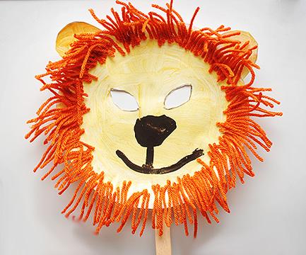 Maschera da leone fai da te con piatti di plastica