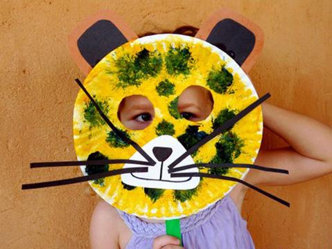 Maschera da leopardo fai da te con piatti di plastica