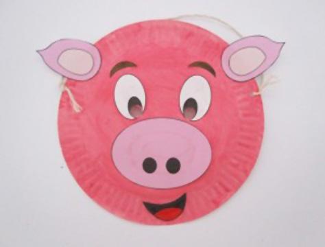 Maschera da maiale fai da te con piatti di plastica