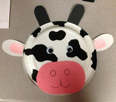 Maschera da mucca fai da te con piatti di plastica