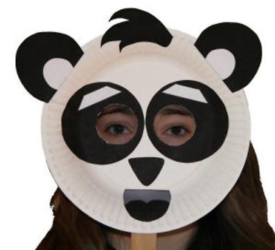 Maschera da panda fai da te con piatti di plastica