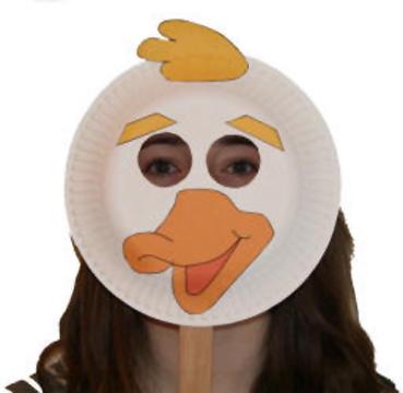 Maschera da papera fai da te con piatti di plastica