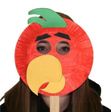 Maschera da pappagallo fai da te con piatti di plastica