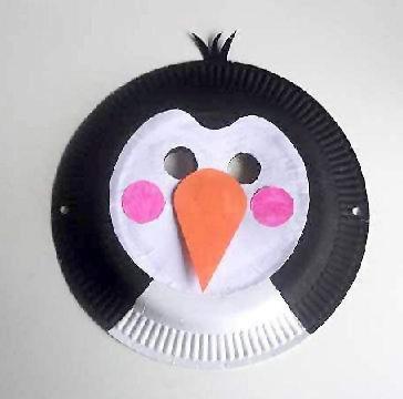 Maschera da pinguino fai da te con piatti di plastica
