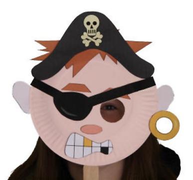 Maschera da pirata fai da te con piatti di plastica