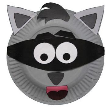 Maschera da procione fai da te con piatti di plastica