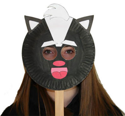 Maschera da puzzola fai da te con piatti di plastica