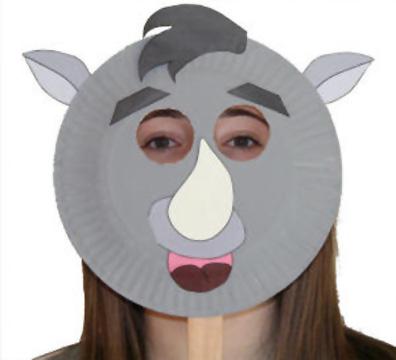 Maschera da rinoceronte fai da te con piatti di plastica