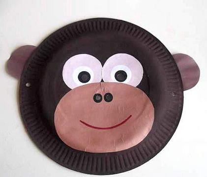 Maschera da scimmia fai da te con piatti di plastica