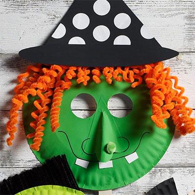 Maschera da strega fai da te con piatti di plastica