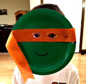 Maschera da tartaruga ninja fai da te con piatti di plastica