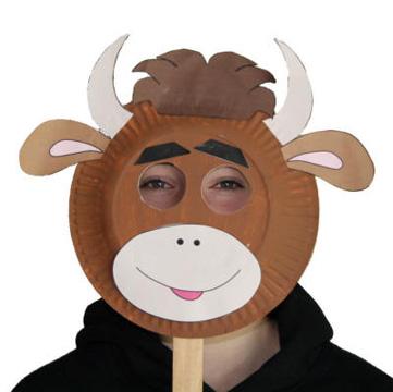 Maschera da toro fai da te con piatti di plastica