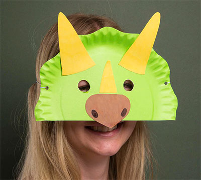 Maschera da triceratopo fai da te con piatti di plastica