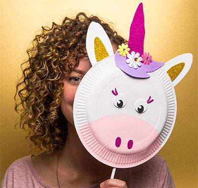Maschera da unicorno fai da te con piatti di plastica