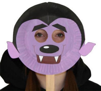 Maschera da vampiro fai da te con piatti di plastica