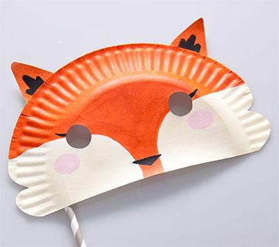 Maschera da volpe fai da te con piatti di plastica