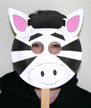 Maschera da zebra fai da te con piatti di plastica