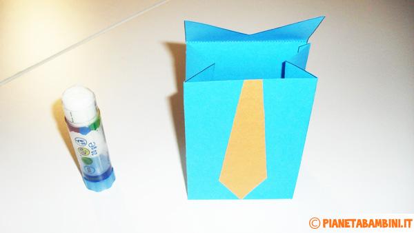 Posizionamento della cravatta sulla scatolina
