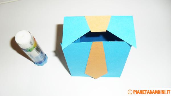 Posizionamento del nodo della cravatta sulla scatolina