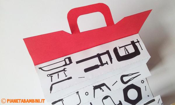 Come posizionare lo sportello sulla cassetta degli attrezzi di carta