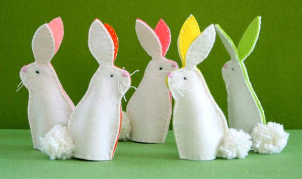 Coniglietti pasquali bianchi con orecchie colorate