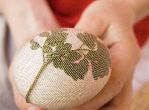 Come decorare le uova con fiori e rametti