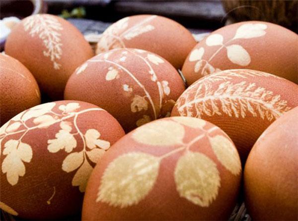 Uova decorate con rametti