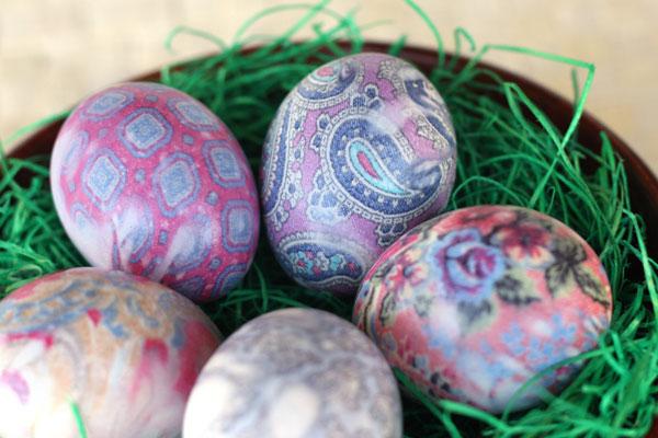 Uova decorate con la seta