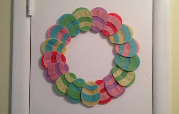 Ghirlanda con uova pasquali colorate