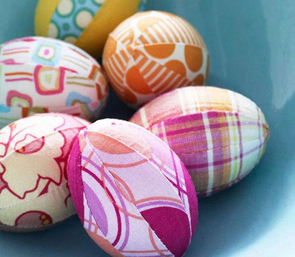 Uova di Pasqua decorate con strisce di stoffa