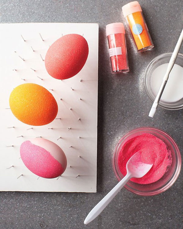 Uova di pasqua decorate con la porporina