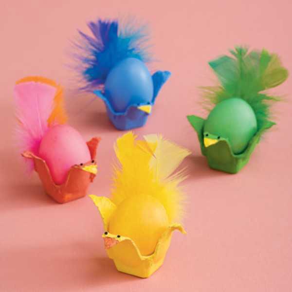 Uova di Pasqua decorate a forma di pulcini multicolore
